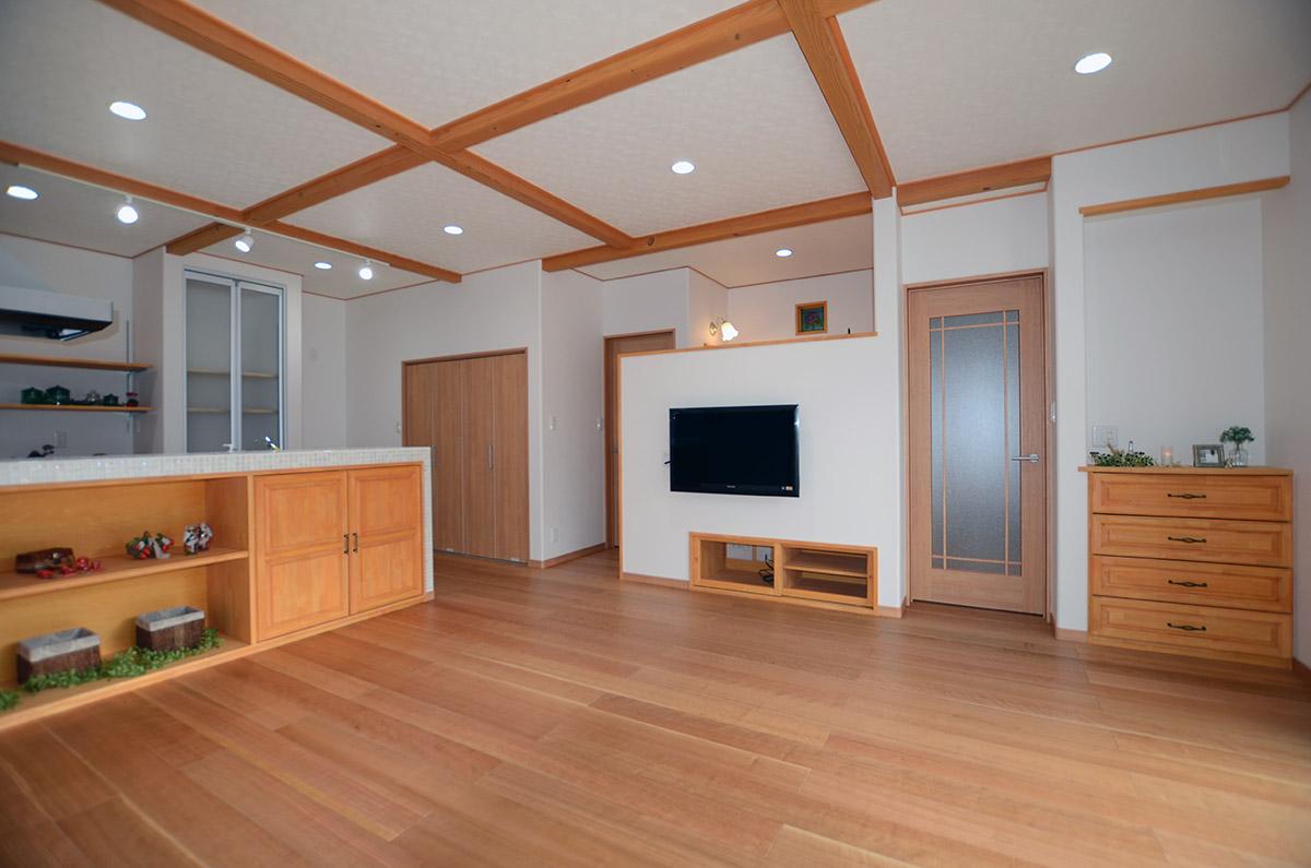 家具が造作されたシラスの家